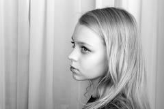 Ernstig blond Kaukasisch meisje, zwart-wit portret Stock Afbeelding