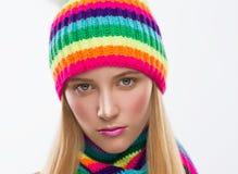Ernstig gezicht, hoed, sjaal, witte achtergrond Stock Foto's