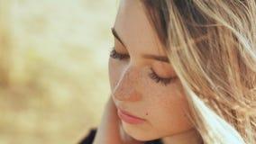 Ernstig gezichtsclose-up van een aardig jong blond Russisch meisje stock videobeelden
