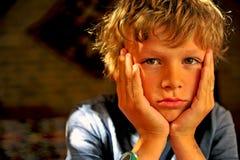 Ernstig jongensportret stock foto's