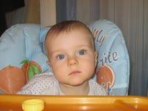 Ernstig kijk van de grote ogen van de kleine jongen royalty-vrije stock foto's