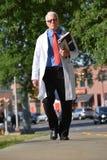 Ernstig Knap Hoger Person Wearing Lab Coat Walking stock fotografie