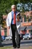 Ernstig Knap Person With Notebooks Walking stock afbeelding