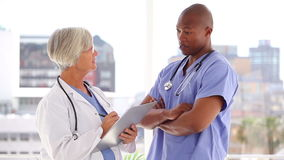 Ernstig medisch team die samen spreken stock footage