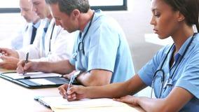 Ernstig medisch team in een vergadering stock footage
