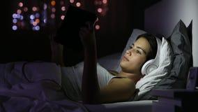 Ernstig meisje die online inhoud in een tablet lezen stock videobeelden