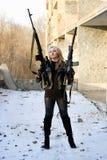 Ernstig meisje met wapen Stock Afbeelding