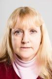 Ernstige van de de mensen hoge definitie van het vrouwenportret echte grijze backgrou Stock Foto