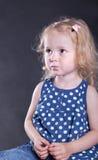 Ernstig oud meisje 3 jaar Stock Afbeeldingen