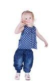 Ernstig oud meisje 3 jaar, geïsoleerd op witte achtergrond. Royalty-vrije Stock Foto