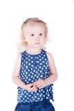 Ernstig oud meisje 3 jaar, geïsoleerd op witte achtergrond. Royalty-vrije Stock Fotografie