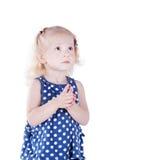 Ernstig oud meisje 3 jaar, geïsoleerd op witte achtergrond. Royalty-vrije Stock Foto's