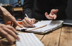 Ernstig overleg tussen procureurs en werkgevers stock foto