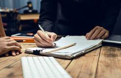 Ernstig overleg tussen procureurs en werkgevers stock afbeeldingen