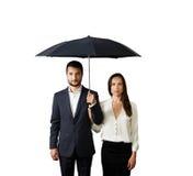 Ernstig paar onder paraplu royalty-vrije stock fotografie