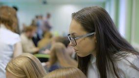 Ernstig slim meisje in glazen het denken stock footage