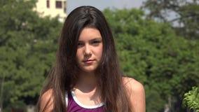 Ernstig Tienermeisje met Lang Haar stock video
