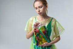 Ernstig verantwoordelijk model die het transparante plastic laag stellen dragen stock foto's