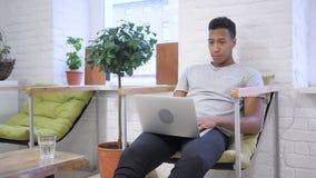 Ernstig Webpraatje door Afrikaanse Ontwerper op het Werk stock video