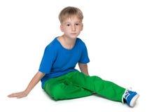 Ernstig weinig jongen in een blauw overhemd Stock Afbeelding