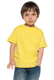 Ernstig weinig jongen in geel overhemd Stock Afbeelding