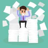 Ernstig zakenman wegens velen document op werktijd Stock Fotografie