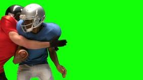 Ernstige Amerikaanse voetbalster die voor bal aanpakken stock footage