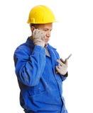 Ernstige arbeider die op de mobiele telefoon spreekt Royalty-vrije Stock Foto