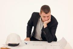 Ernstige Architect Looking bij de Blauwdruk stock fotografie