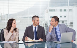 Ernstige bedrijfsmensen die samen terwijl het wachten op inter spreken Stock Fotografie