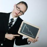 Ernstige bedrijfsvrouw die grafische raad met het deacreasing van Cu houden Royalty-vrije Stock Afbeeldingen