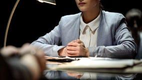 Ernstige bedrijfsvrouw die kandidaat voor vacature, werkgelegenheid, het werk interviewen stock afbeeldingen