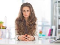 Ernstige bedrijfsvrouw in modern bureau Stock Afbeeldingen