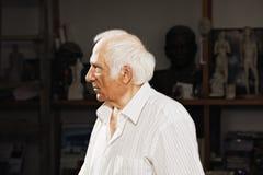 Ernstige beeldhouwer in workshop Royalty-vrije Stock Afbeeldingen