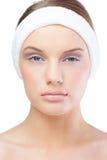 Ernstige blonde model dragende hoofdband Stock Foto