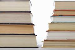 Ernstige boeken tegen fictieclose-up Stock Foto's