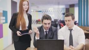 Ernstige brainstorming van bedrijfsmensen in bureau stock footage