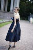 Ernstige bruid in donkerblauwe kleding royalty-vrije stock fotografie
