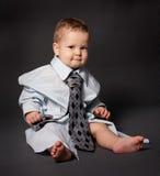 Ernstige chef- baby die over met maat kostuum draagt Royalty-vrije Stock Afbeelding