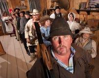 Ernstige Cowboy met Geweer in Zaal royalty-vrije stock foto