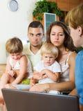 Ernstige familie die aan huis-aan-huisopiniepeiling deelnemen Stock Foto's