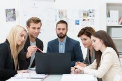 Ernstige groep bedrijfsmensen in een vergadering stock afbeelding