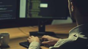 Ernstige hakker die een cyberaanval lanceren stock video