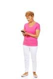 Ernstige hogere vrouw met smartphone Stock Afbeelding