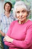 Ernstige Hogere Vrouw met Volwassen Dochter thuis royalty-vrije stock afbeelding