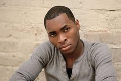 Ernstige Jonge Afrikaanse Amerikaanse Mens royalty-vrije stock fotografie