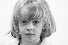 Ernstige jonge leuke Kaukasische jongen Stock Foto's