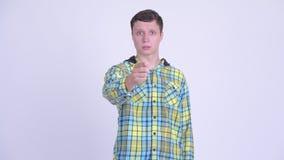 Ernstige jonge mens die boos en op camera richt kijkt stock videobeelden