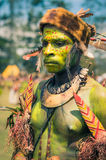 Ernstige jonge mens in Papoea-Nieuw-Guinea stock afbeelding
