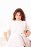 Ernstige jonge vrouw in bed Royalty-vrije Stock Fotografie